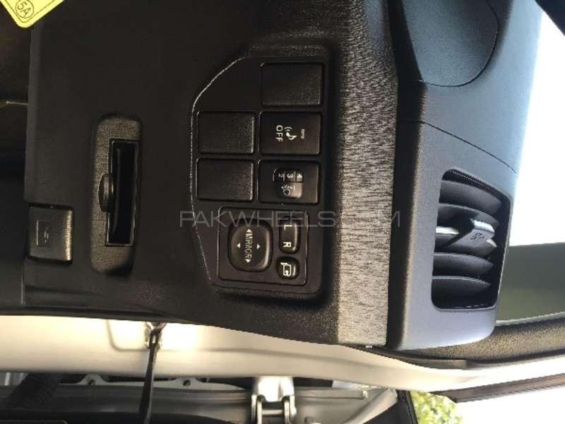 Toyota Prius L 1.8 2012 Image-10