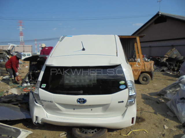 Toyota prius alpha back cut complete Image-1