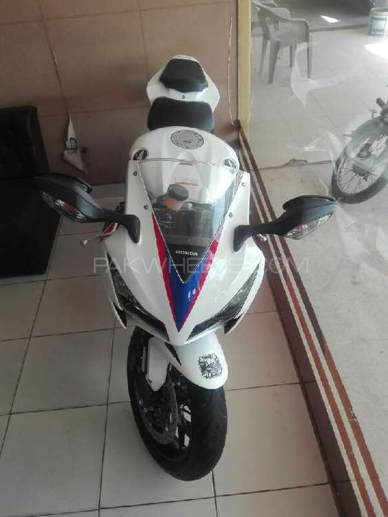 Honda CBR 1000RR 2012 Image-1