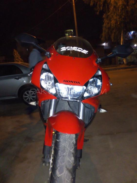 Honda CBR 1000RR 2005 Image-1