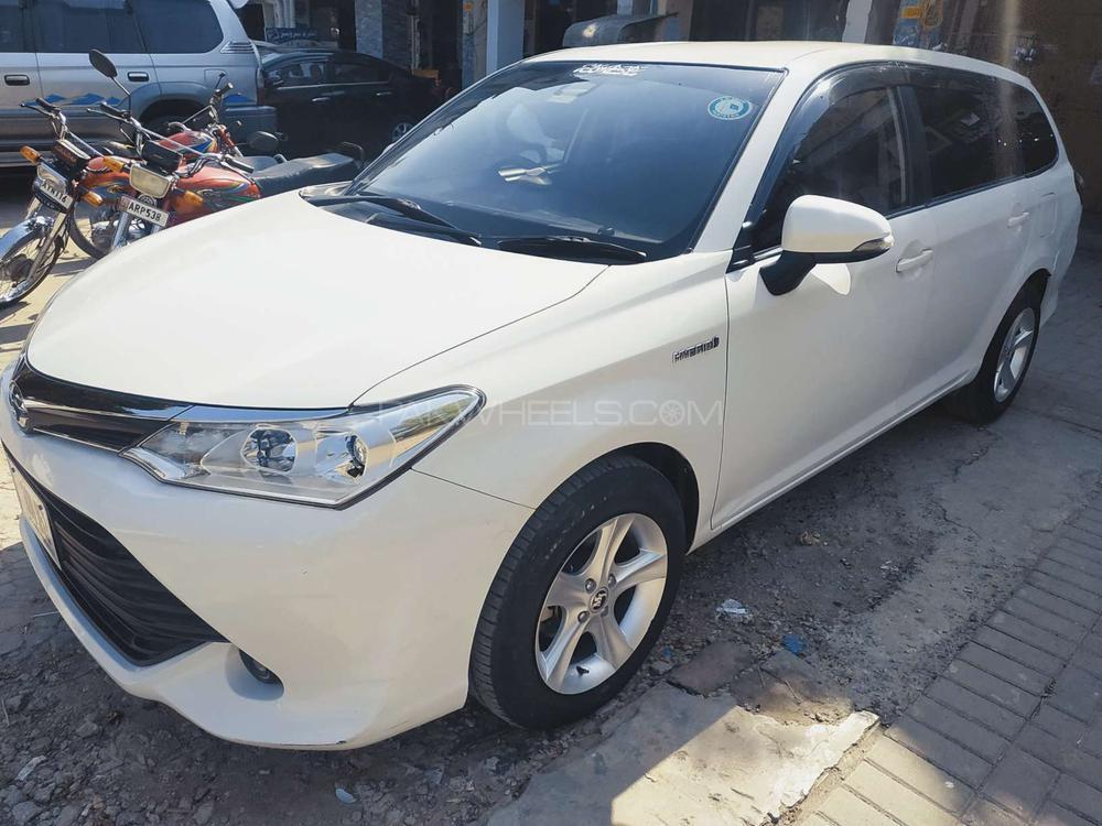 Toyota Corolla Fielder Hybrid 2016 Image-1
