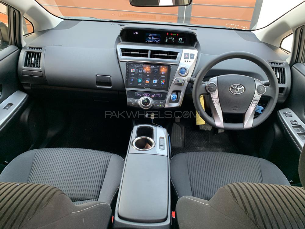 Toyota Prius Alpha 2018 Image-1