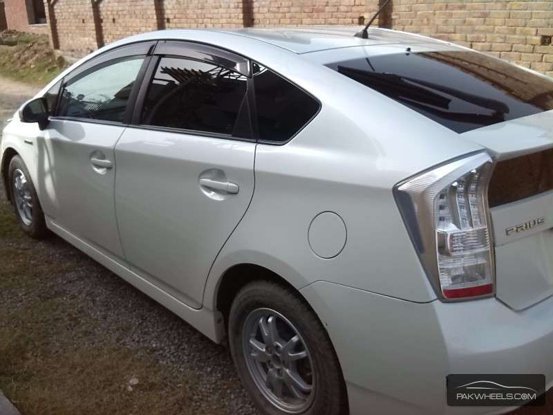 used toyota prius 1 8 s 2010 car for sale in islamabad 1171705 pakwheels. Black Bedroom Furniture Sets. Home Design Ideas