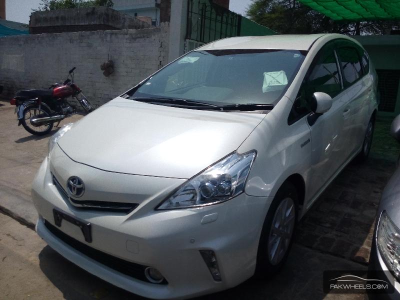 Toyota Prius Alpha 2012 Image-2