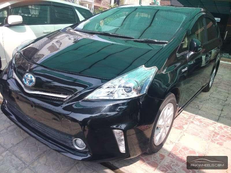 Toyota Prius Alpha 2013 Image-3