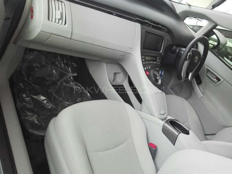 Toyota Prius S LED Edition 1.8 2012 Image-3