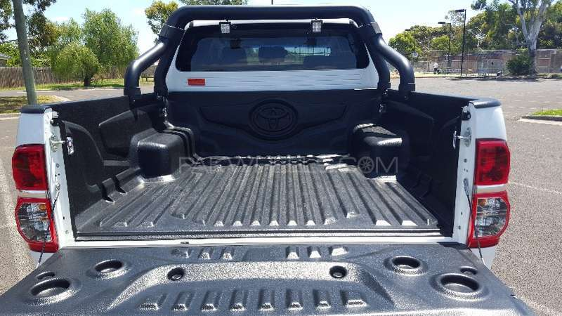 Toyota Hilux 4x4 Double Cab Standard 2013 Image-7